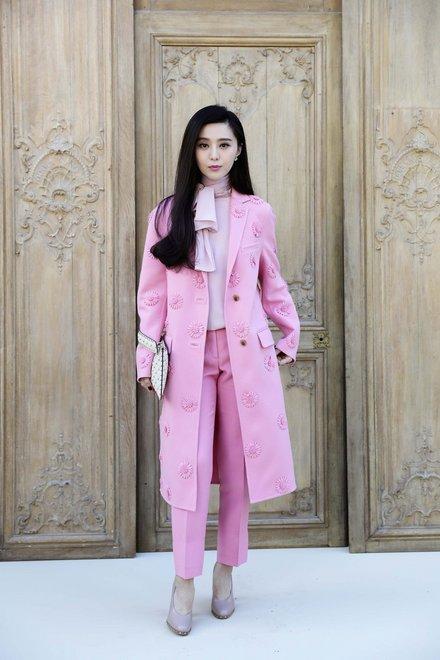 Phạm Băng Băng trong Tuần lễ thời trang Paris vừa qua nổi bật với tông màu hồng pastel