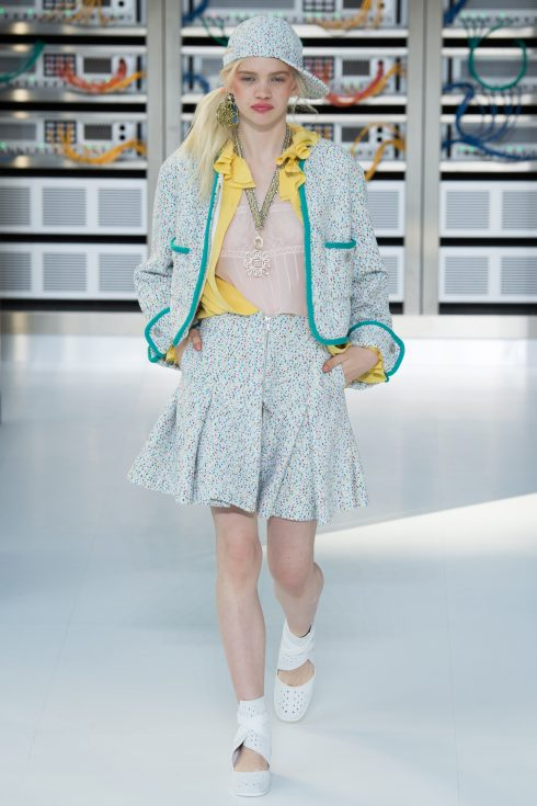 Tinh thần truyền thống của Chanel vẫn được giữ nguyên nhưng lồng thêm các yếu tố hiện đại