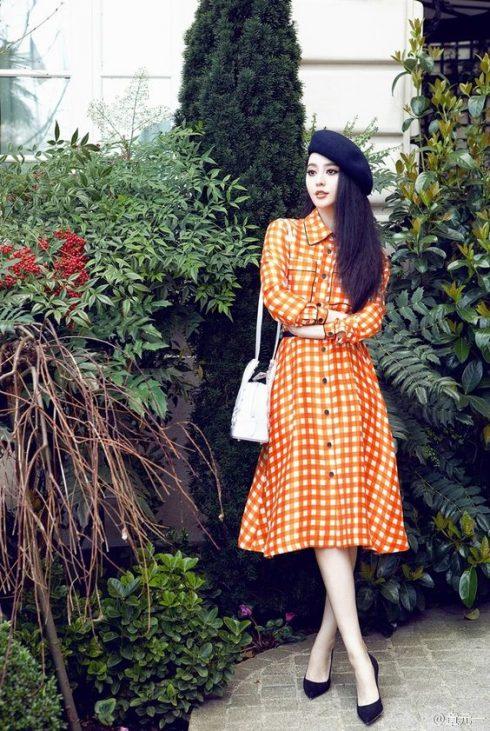 Mặc dù mặc trang phục với gam màu sặc sỡ. Song, thiết kế váy chữ A dài qua gối khiến Phạm Băng Băng trông vẫn sang trọng đầy sức hút