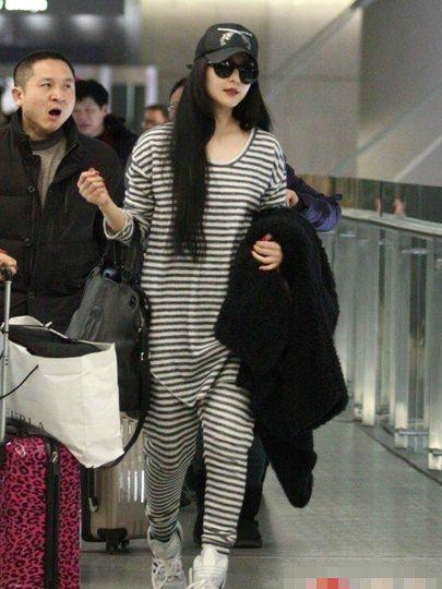 Cô thường xuyên xuất hiện tại sân bay trong những set đồ oversized trẻ trung.