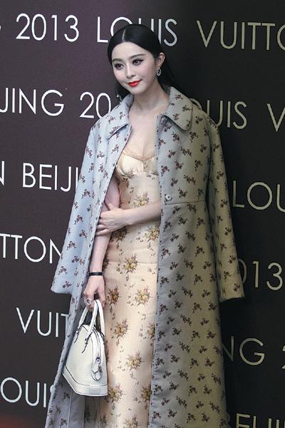 Áo coat được Phạm Băng Băng kết hợp cùng những item khác thành những set đồ layer đặc sắc giúp nổi bật phong cách thời trang tuổi 30 của cô