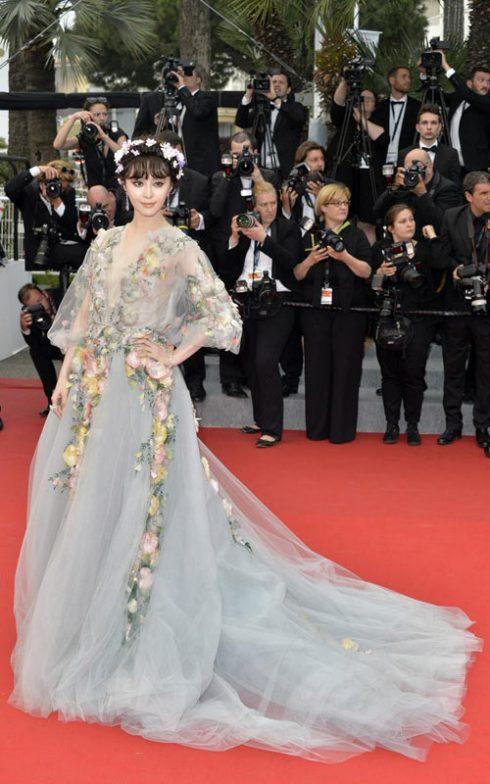 Trở thành tâm điểm của mọi sự chú ý tại thảm đỏ LHP Cannes 2015 trong bộ đầm bồng bềnh như bước ra từ câu chuyện cổ tích của Marchesa