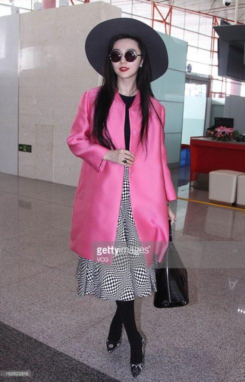 Ngoài những chiếc coat đứng phom thời thượng, Phạm Băng Băng cũng thường xuyên lựa chọn áo coat dáng oversized khi xuất hiện tại sân bay mang lại sự thoải mái mà vẫn thời thượng.
