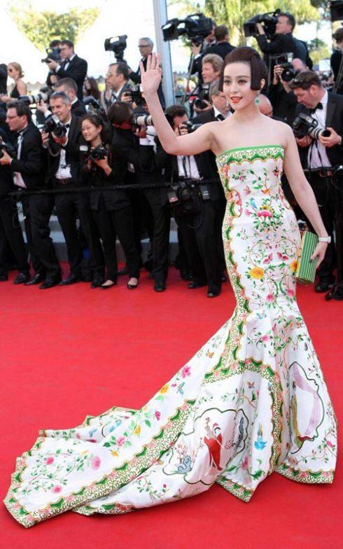 Năm 2011, Phạm Băng Băng tiếp tục thu hút mọi ánh mắt trên thảm đỏ Cannes với chiếc váy đuôi cá của nhà thiết kế Christopher Bu.