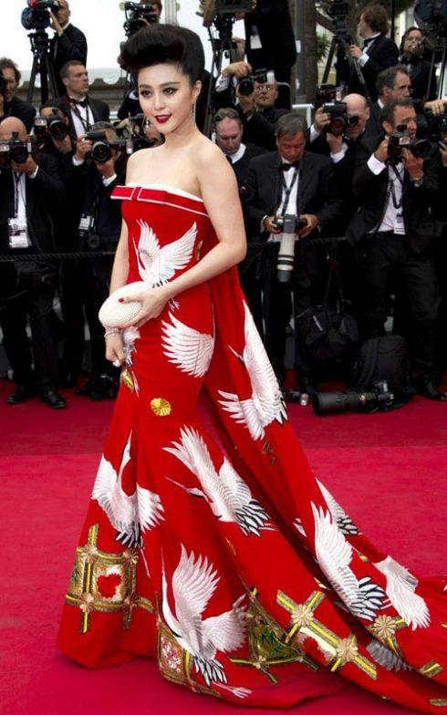 Tiếp tục là một trang phục đậm tính dân tộc tại liên hoan phim Cannes 2011.