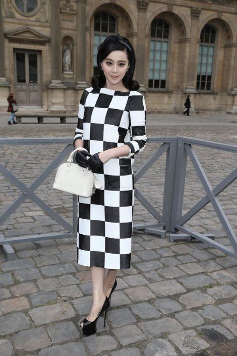 Phạm Băng Băng trong chiếc váy hoạ tiết đen trắng hình khối cổ điển tại show diễn của Louis Vuitton