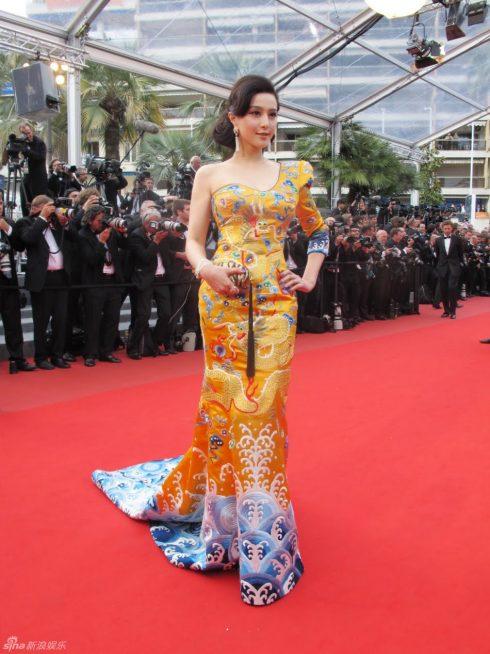 Phạm Băng Băng diện bộ váy long phượng trong lần đầu tiên tham dự Cannes năm 2010. Chiếc váy ấn tượng đến nỗi đã được bảo tàng quốc gia Anh Victoria & Albert chọn là một trong những vật phẩm được trưng bày vĩnh viễn tại đây từ năm 2012.