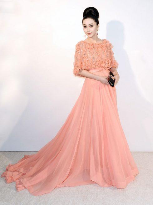 Nữ diễn viên thướt tha diện bộ đầm của Elie Saab khi tham dự bữa tiệc Oscar của Elton John vào năm 2013