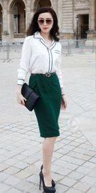 Chân váy bút chì cạp cao kết hợp cùng áo sơ mi tay dài mang lại vẻ ngoài sang trọng, trang nhã