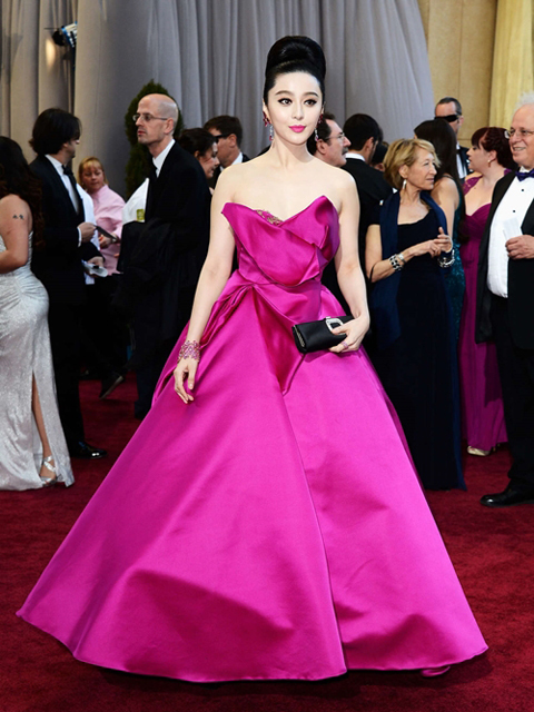 Một dịp khác, cô diện chiếc váy tím hồng nổi bật tại sự kiện.