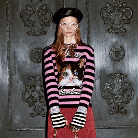 Một mẫu sweatshirt với họa tiết mèo đến từ thương hiệu Gucci.