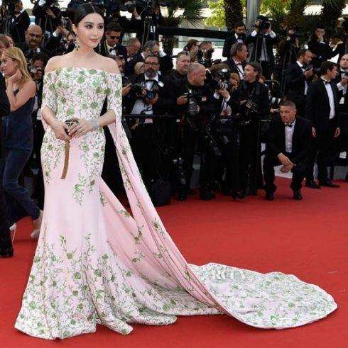 Mỹ nhân họ Phạm thật duyên dáng và quyến rũ trên thảm đỏ Liên hoan phim Cannes 2015 với kiểu váy trễ vai của thương hiệu Ralph & Russo. Váy in họa tiết đặc trưng của Trung Hoa thế kỷ XVIII đã tôn lên nước da trắng ngần của nữ diễn viên.