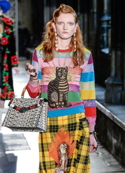 Vẫn là Gucci với chú mèo được thể hiện trên tổng thể màu sắc vô cùng bắt mắt.