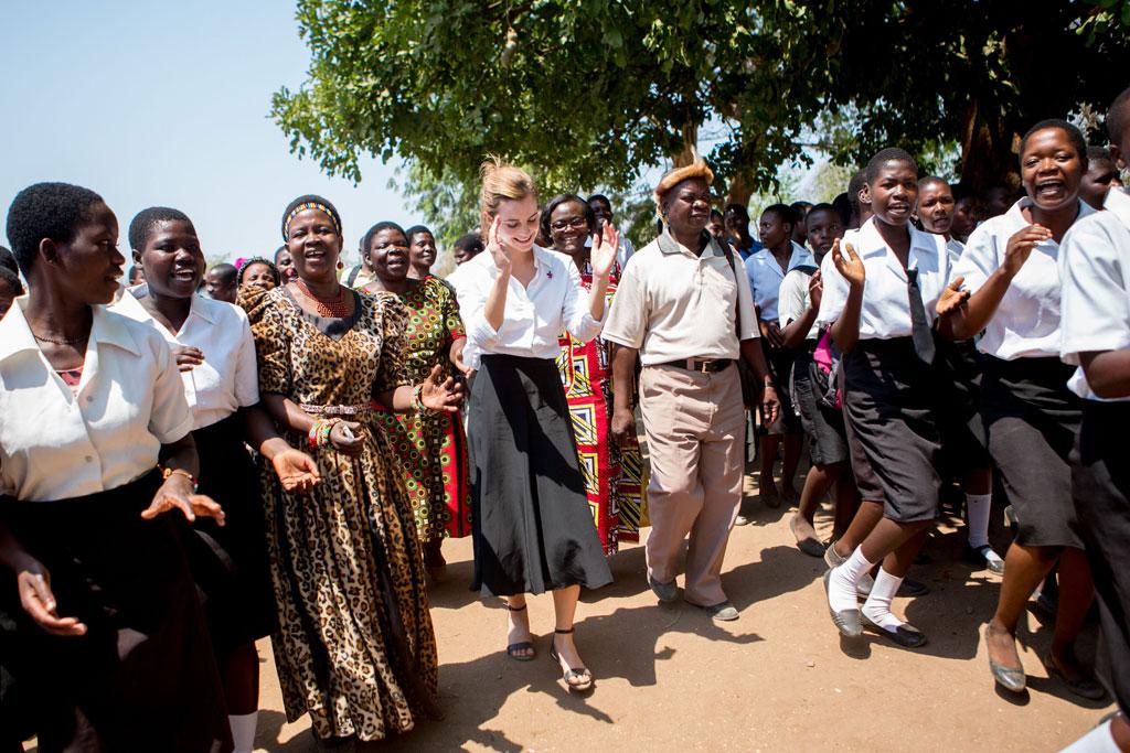 Emma Watson vui vẻ cùng dân bản địa nhảy điệu nhảy truyền thống