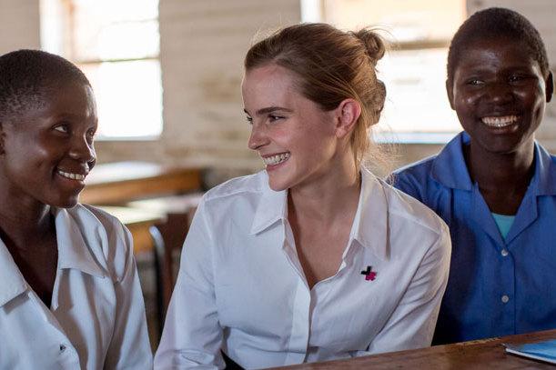 Emma Watson lắng nghe câu chuyện của các cô gái trẻ