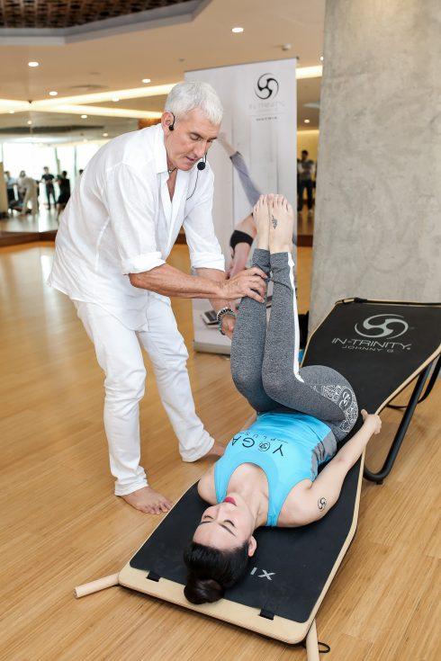 Hoa hậu Thu Thủy trực tiếp thị phạm bộ môn Yoga với thảm In-trinity cho công chúng xem