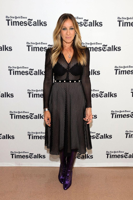 Sarah Parker trong chiếc đầm ren đen xuyên thấu, legging ren cùng với đôi bốt cổ ngắn gam màu tím bóng ấn tượng, một sự biến hóa nhẹ nhàng của thời trang Gothic.