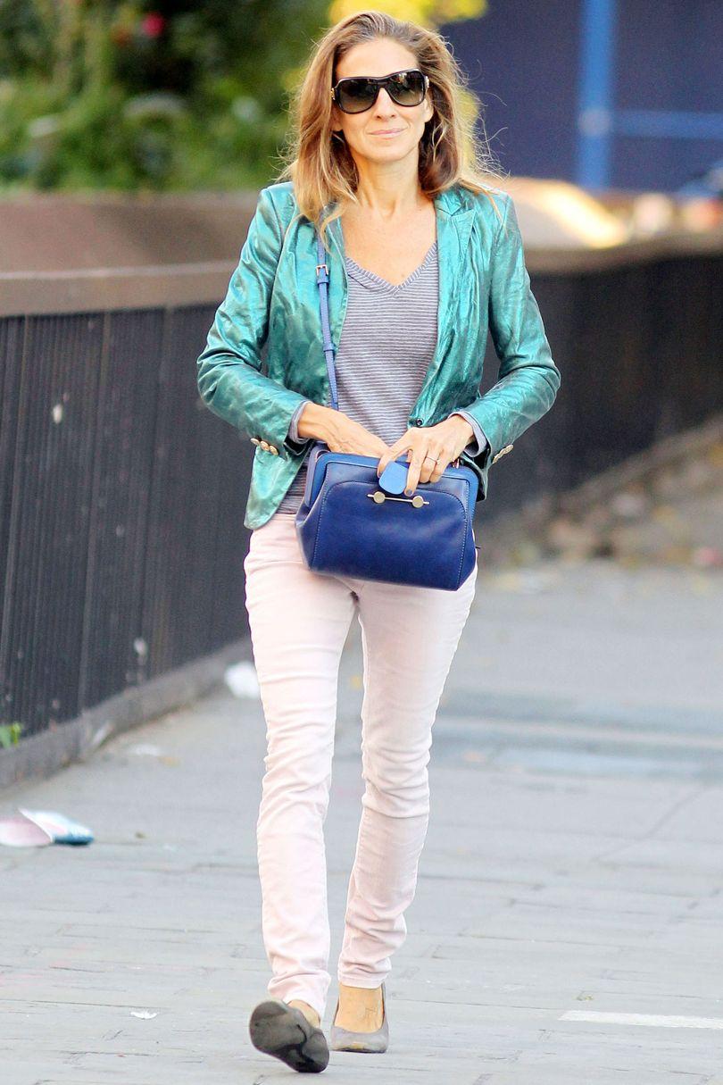 """Rất đời thường trong áo phông, quần jeans, giày bệt và áo khoác dáng vest mỏng tông màu bắt mắt. Sarah luôn xuống phố với những bộ đồ giản dị mà rất """"chất"""" như thế này."""