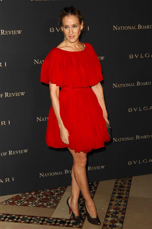 """Sarah Jessica Parkerđã không ngần ngại chứng minh rằng chiếc """"little red dress"""" màu đỏ tươi trẻ trung cùng đuôi váy bồng xòe không chỉ dành cho những cô nàng tuổi teen, trông Sarah thật sự sang trọng và lôi cuốn."""