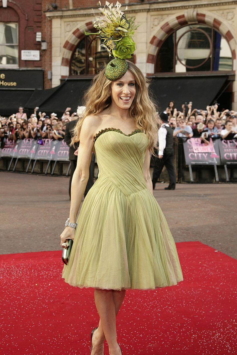 """Một minh chứng khác cho sự biến hóa tài tình của Sarah trong những thiết kế váy xòe trẻ trung như thế này. Bà diện chiếc váy màu vàng, một thiết kế khác của Alexander McQueen cùng mũ cài đầu độc đáo của Philip Treacy, tại buổi giới thiệu """"Sex and the City"""" ở London."""