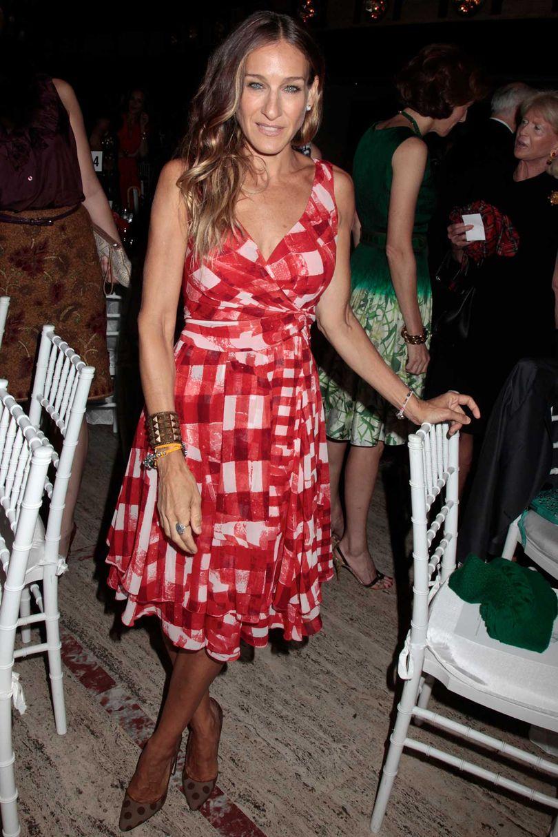 Là người bạn thân thiết của nhà thiết kế Oscar de la Renta, Sarah thường xuyên được nhìn thấy xuất hiện trong thiết kế của ông với vẻ ngoài ấn tượng. Chiếc váy gingham màu đỏ trắng này là một ví dụ, ở tuổi 50, Sarah đã có chút vết hằn của tuổi tác trên gương mặt, nhưng điều đó không hề làm bà thiếu đi sự tự tin và phong thái sang trọng vốn có.