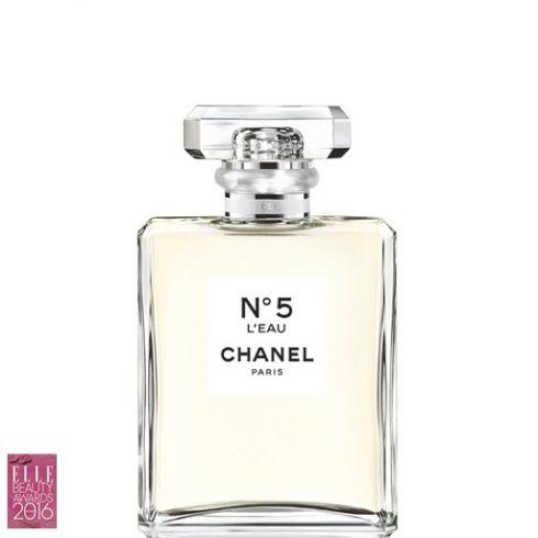 5. CHANEL N°5 L'EAU CHANEL Được tinh chế từ những bông hoa trồng ở vùng Grasse, mỗi giọt N°5 L'eau mang hương thơm trọn vẹn của hàng ngàn bông nhài và đóa hồng tháng Năm tươi mới nhất, tất cả đều được thu hoạch bằng tay bởi gia tộc nhà Mul. Qua bao năm, Chanel N°5 vẫn là một mùi hương làm nên lịch sử, còn N°5 L'eau của 2016 thì tươi mới và trẻ trung hơn bao giờ.