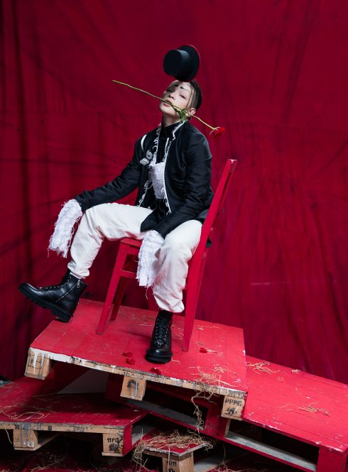 Stylist Kelbin Lei chụp hình kỷ niệm elle 6 năm