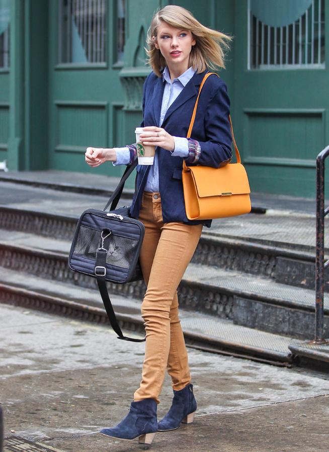 Bên cạnh đó còn có Taylor Swift, cô nàng có dáng người mảnh khảnh và khuôn mặt khả ái, rất hợp với những bộ đồ như thế này.
