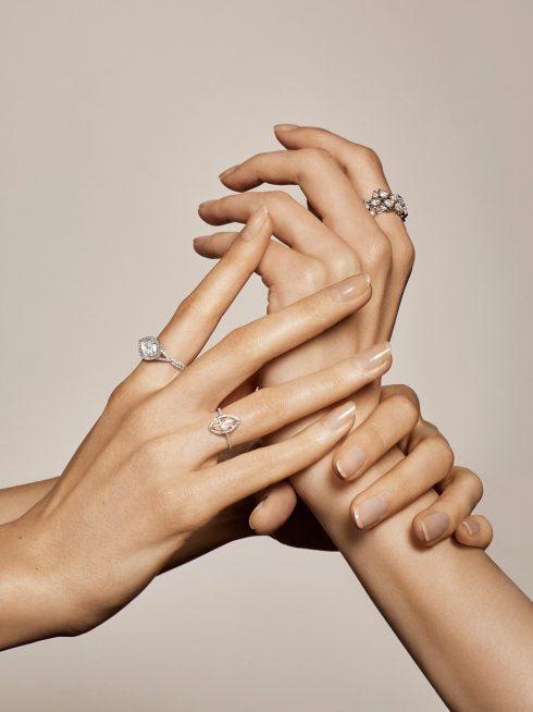 nhẫn kim cương đẹp có đá viền xung quanh