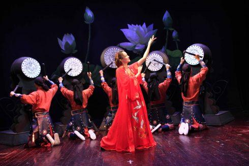 Vở diễn mang tính thử nghiệm khi kết hợp những hình thức hát, múa và những động tác hình thể.