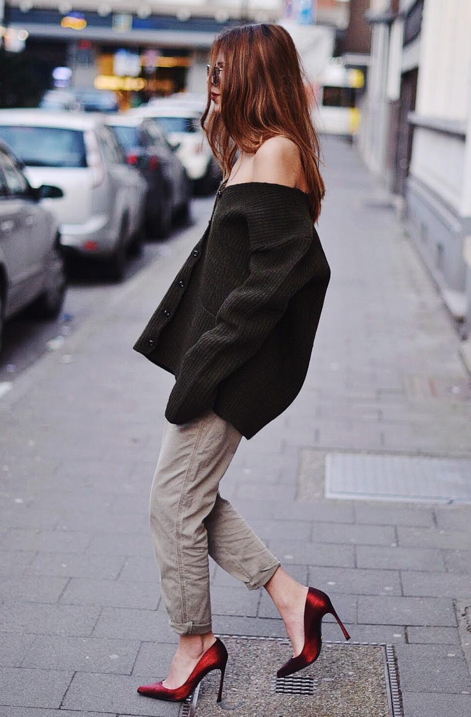 Nếu sở hữu đôi vai thon gầy, đừng ngại khoe khéo với cardigan nhé.