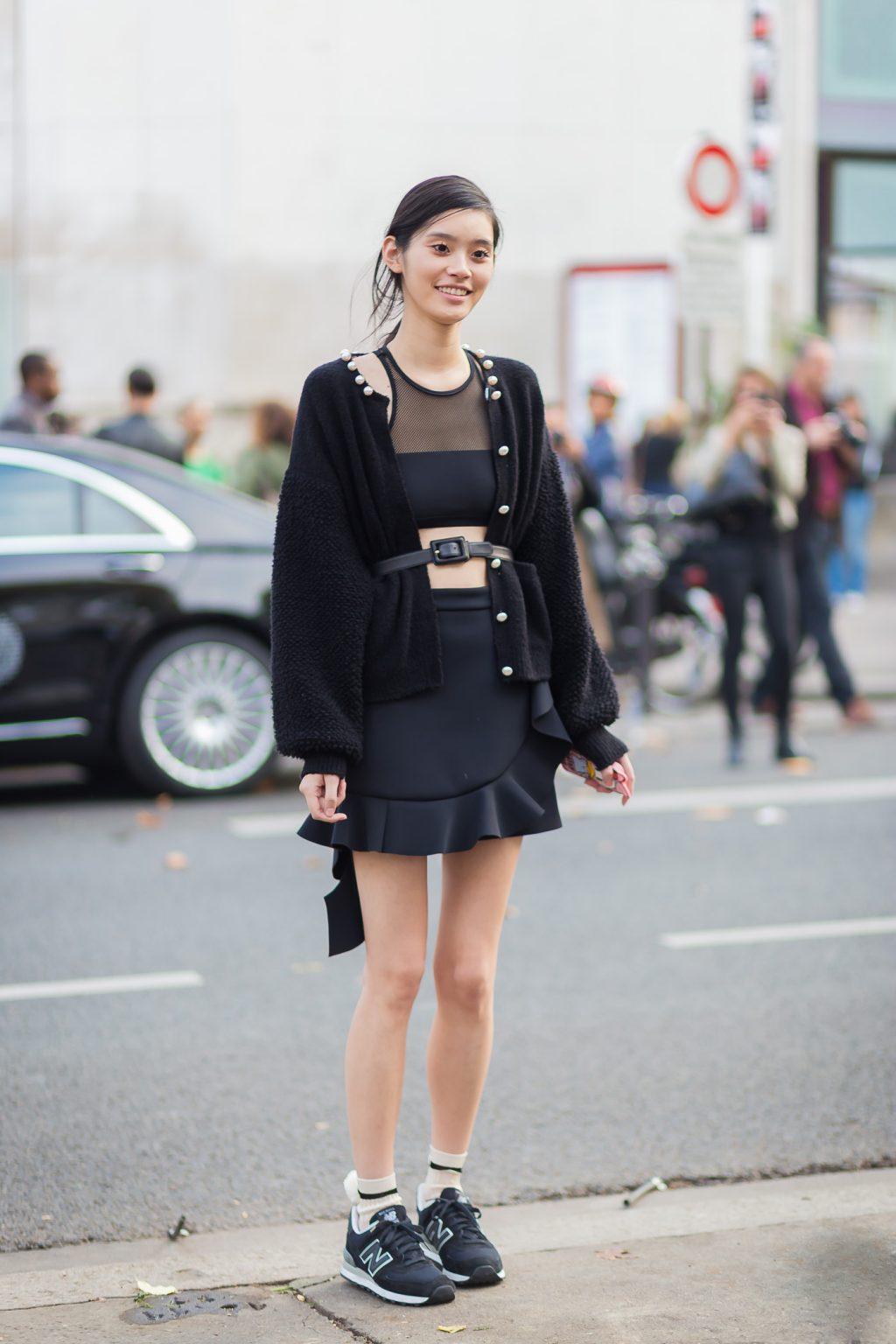 Nếu vẫn muốn diện áo dáng ngắn, bạn có thể phối cùng crop-top nhằm khoe eo thon và chân váy hơi xòe.