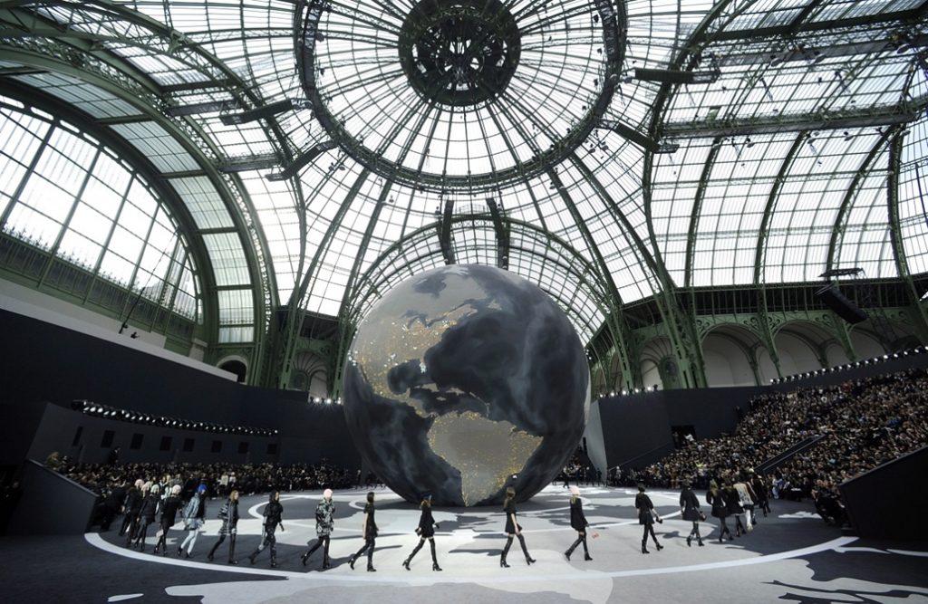 Grand Palais là nơi Karl Lagerfeld tổ chức rất nhiều show diễn lớn của Chanel.