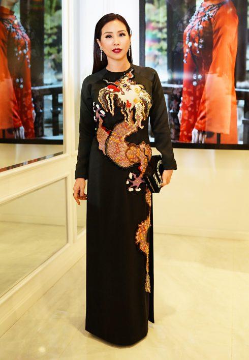 Hoa hậu quý bà Thu Hoài mặc áo dài NTK Thủy Nguyễn