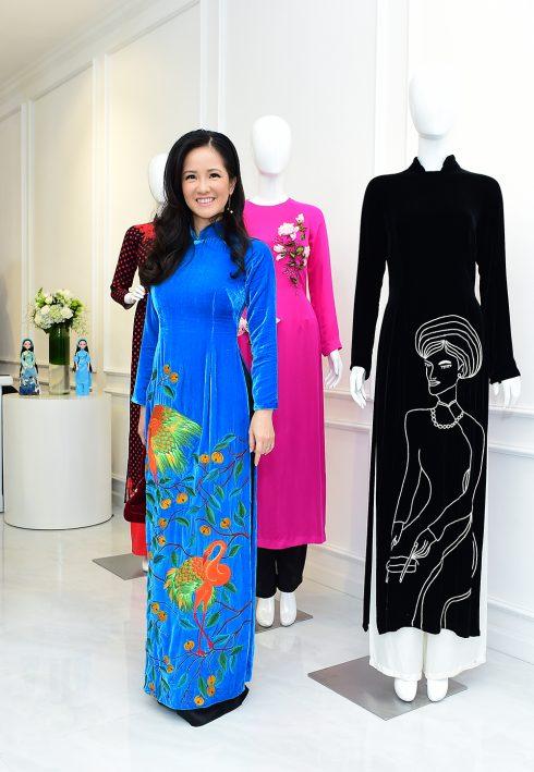 Ca sỹ Hồng Nhung mặc áo dài NTK Hà Linh Thư
