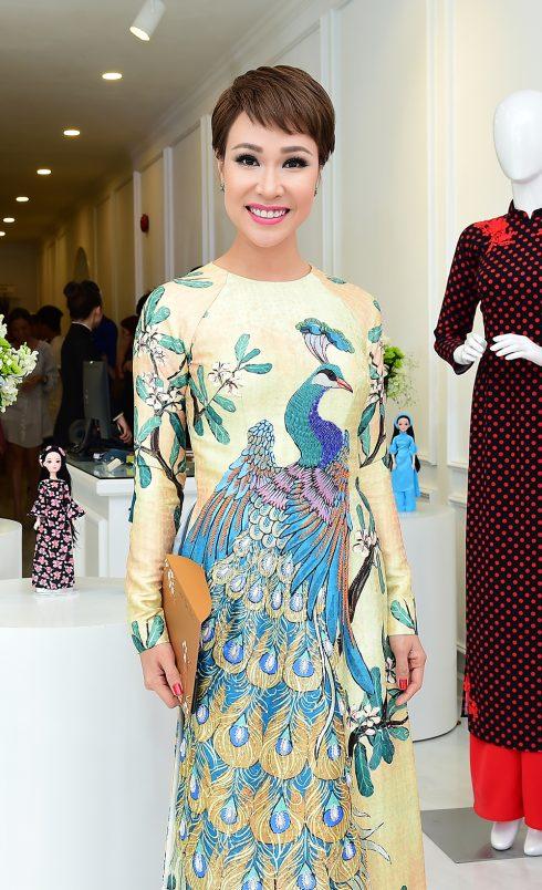 Ca sỹ Uyên Linh mặc áo dài NTK Tùng Vũ