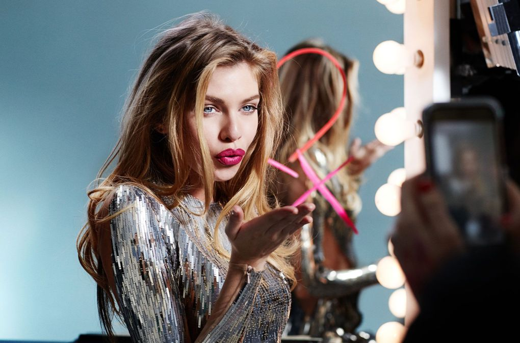 Stella Maxwell trong quảng cáo của Max Factor