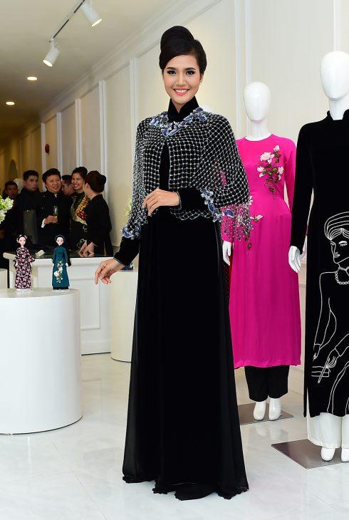 Người mẫu Quanh Di mặc áo dài NTK Sĩ Hoàng
