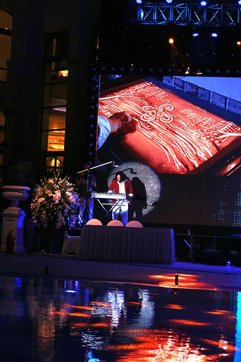 Nghệ sĩ tranh cát Nguyễn Thế Nhân kể lại câu chuyện về Hanoi Daewoo Hotel bằng cát.