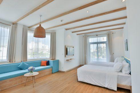 phòng nghỉ sang trọng, tiện nghi với tông màu trắng chủ đạo, điểm xuyết bởi những khoảng xanh ngọc mướt mắt.