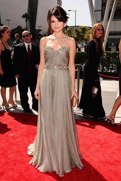"""9/2009 phải thừa nhận rằng với bộ váy này, chẳng ai có thể buông lời """"chê"""" Selena. Chiếc váy này quả thực là một sự lựa chọn tuyệt vời khi xuất hiện trên thảm đỏ Creative Arts Emmy Awards."""