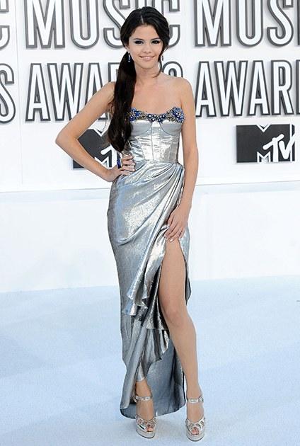 8/2010 mạo hiểm thử nghiệm phong cách mới với hình ảnh của 1 rocker pha lẫn nét quý phái của một ngôi sao, chiếc đầm ánh kim với vai trần gợi cảm khiến cho Selena trông thật sự quyến rũ tại MTV Music Awards.