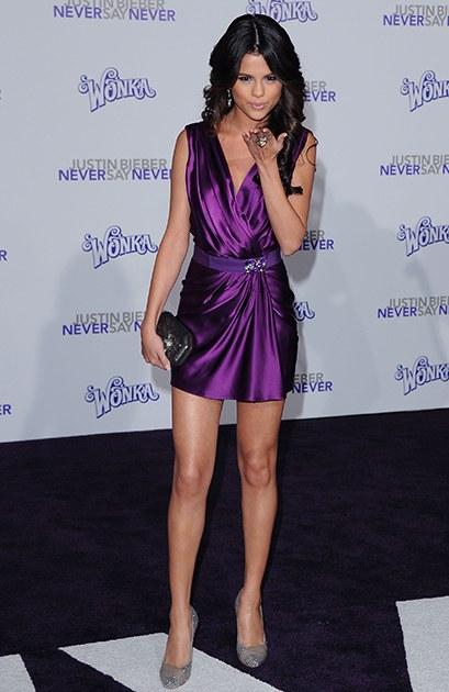 2/2011 xuất hiện trong buổi ra mắt single Never Say Never của Justin Bieber, Selena trông có vẻ dừ hơn tuổi với bộ váy lụa bóng màu tím, tóc đen xoăn lọn và phong cách trang điểm theo tông nude.