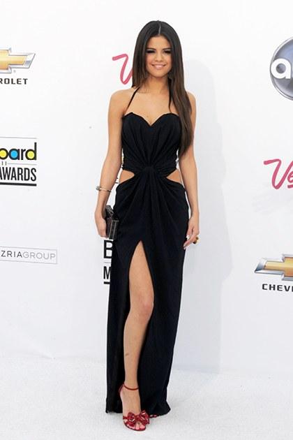 5/2011, không phải Kendal mà chính Selena mới là người tiên phong cho sự quay trở lại của xu hướng trang phục với những đường cắt táo bạo ở hông khi cô xuất hiện đầy ngọt ngào và quyến rũ trong chiếc đầm đen ôm sát ở Lễ trao giải Billboard Music Awards 2011.