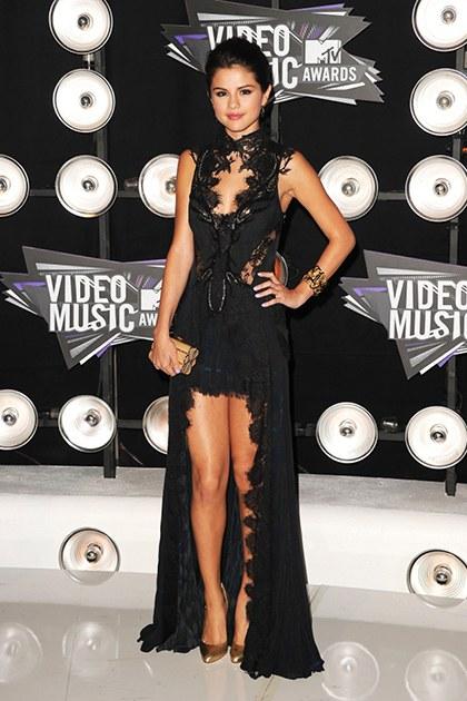 8/2011, một lần nữa thảm đỏ Lễ trao giải MTV Video Music Awards lại phải dành lối cho vẻ đẹp của Selena trong chiếc đầm đen với những chi tiết ren tinh tế, ấn tượng.