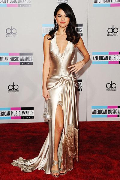 Khoảng thời gian còn bên cạnh Justin Bieber, người ta chứng kiến sự thay đổi của một Selena Gomez trở nên ngọt ngào và quyến rũ vô cùng. Tại American Music Awards 2011, cô xuất hiện trong chiếc váy lụa ánh bạc thời thượng của Giorgio Armani.