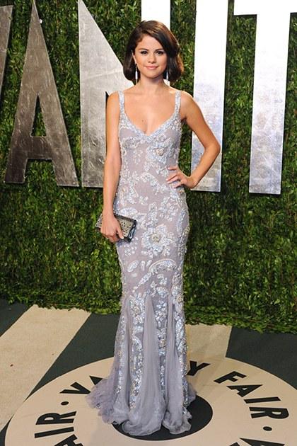 2/2012 Selena trong vẻ ngoài cổ điển với thiết kế của Dolce&Gabbana tại Vanity Fair Oscar Party.