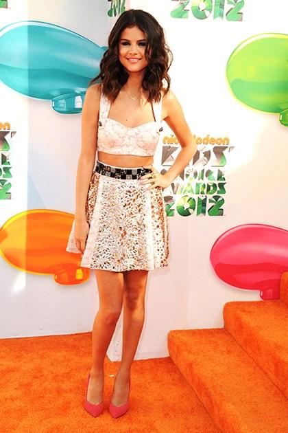 Không chỉ xuất hiện lộng lẫy trong cac trang phục dạ hội, Selena Gomez còn toả sáng với những thiết kế trẻ trung. Tại Nickelodeon Kids Choice Awards, Selena lựa chọn thiết kế của Dolce&Gabbana cho cái nhìn thời trang vô cùng thời thượng.