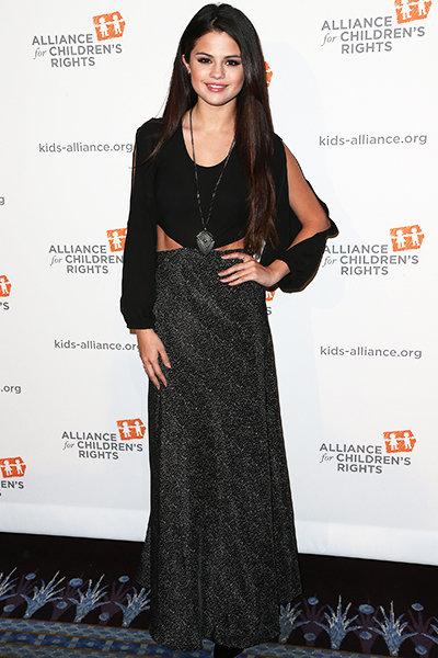 3/2013 xuất hiện tại sự kiện The Alliance For Children's Rights' 21st Annual Dinner với trang phục all-black khiến Selena trông như cô gái 30 tuổi...