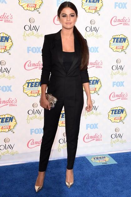 8/2014 tại Teen Choice Awards, Selena chọn bộ suit đen cá tính.
